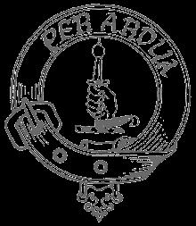 hier ist das Wappen des schottischen Clans McIntyre zu sehen, eine Hand hält ein Kurzschwert mit einem aufgespießten Schneeball, das Handgelenk ruht auf einer Lanze und ist mit einem Stück Stoff flatternd umwickelt, der Wappenrahmen ist ein kreisförmig geschlungener Gürtel mit herabhängenderverzierter Gürtelspitze, die Schnale befindet isch links im Rahmen, ogen steht im gürtel per ardua, das heißt aus dem Lateinischen übersetzt: durch Schwierigkeiten daneben sind alle Angaben zur Webseiten-Inhaberin