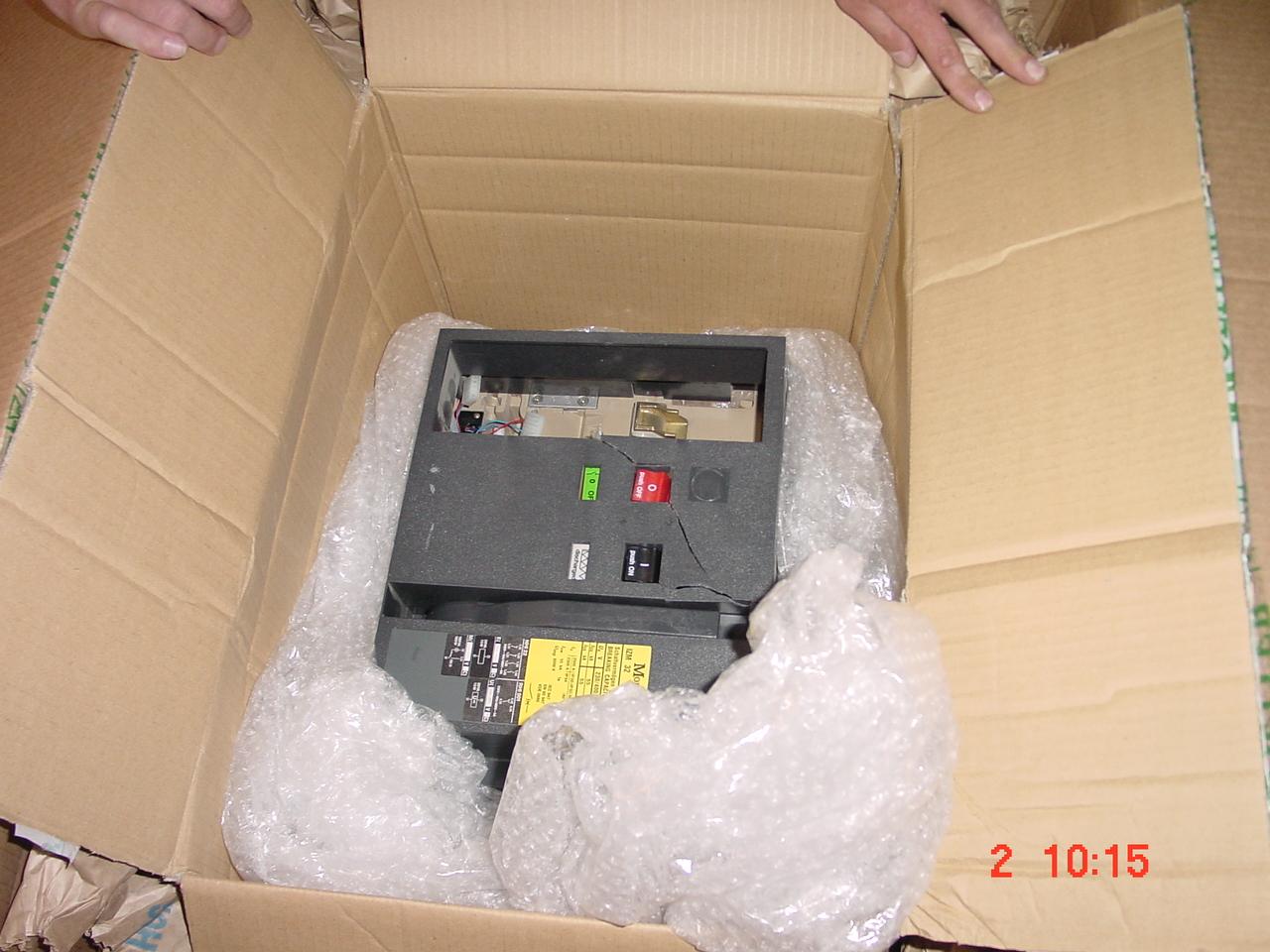 defektes elektronisches Gerät in einem Karton mit Luftpolsterfolie